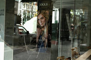 The broken storefronts of Ermou Street, after the protest on the evening of Monday July 17, 2017, against the dismissal of Irianna's release by the Athens Court of Appeal, Athens, July 18, 2017 / Οι σπασμένες βιτρίνες των μαγαζιών στην οδό Ερμού, μετά από την πορεία διαμαρτυρίας το βράδυ της Δευτέρας 17 Ιουλίου 2017, για την απόρριψη αποφυλάκισης της Ηριάννας από το Εφετείο Αθηνών, Αθήνα, 18 Ιουλίου 2017