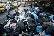 Garbage in central Athens on June 23, 2017. Piles of rubbish accumulate around overflowing bins in Athens, in the wake of repeated strikes called by the Federation of workers in municipalities demanding the permanent hiring of about 10,000 contract workers whose contracts have expired / Σκουπίδια συσσωρεύονται στους δρόμους της Αθήνας λόγω της συνεχιζόμενης απεργίας των εργαζομένων στην καθαριότητα, Παρασκευή 23 Ιουνίου 2017