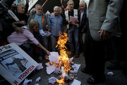 Pensioners demonstrate in central Athens protesting against further cuts in their pensions. Pensioners burn government letters outside the Labour Ministry, in November 3, 3016 / Συνταξιούχοι καίνε επιστολές του υπουργού Εργασίας εξω απο το υπουργείο. Πέμπτη 3 Νοεμβρίου 2016
