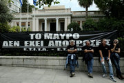 Journalists and technicians working in private nationwide television stations protest outside Greek PM Alexis Tsipras' office, against  job losses in TV channels that did not secured broadcasting license in a recent auction. In Athens on Monday, October 10, 2016 / Συγκέντρωση τεχνικών δημοσιογράφων και διοικητικών υπάλληλων που εργάζονται στα ιδιωτικά κανάλια στο Μαξίμου. Αθήνα 10 Οκτωβρίου 2016