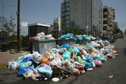 Garbage in Piraeus port on June 27, 2017. Piles of rubbish accumulate around overflowing bins in Athens, in the wake of repeated strikes called by the Federation of workers in municipalities demanding the permanent hiring of about 10,000 contract workers whose contracts have expired / Σκουπίδια συσσωρεύονται στους δρόμους του Πειραιά λόγω της συνεχιζόμενης απεργίας των εργαζομένων στην καθαριότητα, Τρίτη 27 Ιουνίου 2017