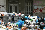 Piles of rubbish accumulate around overflowing bins in Athens suburbs, in the wake of repeated strikes called by the Federation of workers in municipalities demanding the permanent hiring of about 10,000 contract workers whose contracts have expired. On June 27, 2017. / Σκουπίδια συσσωρεύονται στους δρόμους της Αθήνας λόγω της συνεχιζόμενης απεργίας των εργαζομένων στην καθαριότητα, Τρίτη 27 Ιουνίου 2017