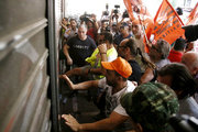 Protest march organized by the Federation of workers in municipalities in Athens on June 22, 2017 / Διαδηλωτές στο υπουργείο Εργασίας. Πορεία διαμαρτυρίας εργαζομένων στους δήμους, την Πέμπτη  22 Ιουνίου, 2017 κατά την διάρκεια 24ωρης πανελλαδικής απεργίας, με αίτημα τη μετατροπή των συμβάσεων εργασίας 6.500 συμβασιούχων σε συμβάσεις αορίστου χρόνου.