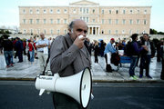 Protesters gather in front of the Greek Parliament, in Athens on Tuesday September 27, 2016, taking part in a rally against the voting, at Parliament, of a draft law on privatizations demanded by the country's lenders to unlock 2.8 billion euros of its loan aid.  / Συλλαλητήριο της ΑΔΕΔΥ κατά των ιδιωτικοποιήσεων των ΔΕΚΟ, Αθήνα 27 Σεπτεμβρίου 2016