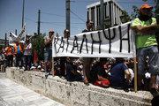 Protest march organized by the Federation of workers in municipalities in Athens on June 22, 2017 / Διαδηλωτές στην εισοδο της Βουλής. Πορεία διαμαρτυρίας εργαζομένων στους δήμους, την Πέμπτη  22 Ιουνίου, 2017 κατά την διάρκεια 24ωρης πανελλαδικής απεργίας, με αίτημα τη μετατροπή των συμβάσεων εργασίας 6.500 συμβασιούχων σε συμβάσεις αορίστου χρόνου.