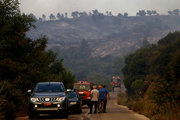 Firefighters and local residents battle with a forest fire in Varnava area of Attica, some 40 Km north of Athens, Greece, on August 14, 2017. / Φωτιά στον Βαρνάβα της Ανατολικής Αττικής, Δευτέρα 14 Αυγούστου 2017