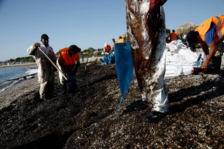 Oil spill spreads to Athens riviera