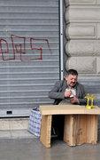 A peddler sets up a makeshift bench on sidewalk in downtown Athens, Greece, 2013 / Μικροπωλητής στήνει τον αυτοσχέδιο πάγκο του σε πεζοδρόμιο στο κέντρο της Αθήνας, 2013
