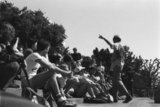 Students in the yard of Berkeley University in California, USA 1984 / Υπαίθρια ομιλία με ακροατές φοιτητές, στον προαύλιο χώρο του πανεπιστημίου του Μπέρκλεϋ, Καλιφόρνια, ΗΠΑ, 1984