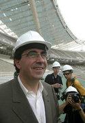 The Spanish architect Santiago Calatrava inspects the Installation work of the canopy of the Olympic Stadium designed by him, Athens, Greece, May 2004 / Ο Ισπανός αρχιτέκτονας Σαντιάγκο Καλατράβα επιθεωρεί τις εργασίες εγκατάστασης του στεγάστρου του Ολυμπιακού Σταδίου, σχεδιασμένο από τον ίδιο, Αθήνα, Μάιος 2004