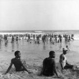 People by the sea, Ghana 2001 / Άντρες που ξεκουράζονται δίπλα στη θάλασσα, Γκάνα, 2001