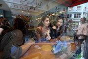 Feyrouz, restaurant serving oriental dishes in downtown Athens, Greece, May2017 / Ανθρωποι τρώνε στο Φεϊρούζ, εστιατόριο με ανατολίτικα φαγητά.  Στο εμπορικό τρίγωνο της Αθήνας, Μάιος 2017