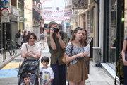 A tourist takes pictures of a jazz band playing music on the road. Downtown Athens, Greece, May2017 / Τουρίστας φωτογραφίζει μια τζαζ ορχήστρα που παίζει μουσική στο δρόμο. Στο εμπορικό τρίγωνο της Αθήνας, Μάιος 2017