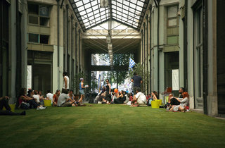 Urban picnic in Arsaki Portico, an event under the artistic project Removement